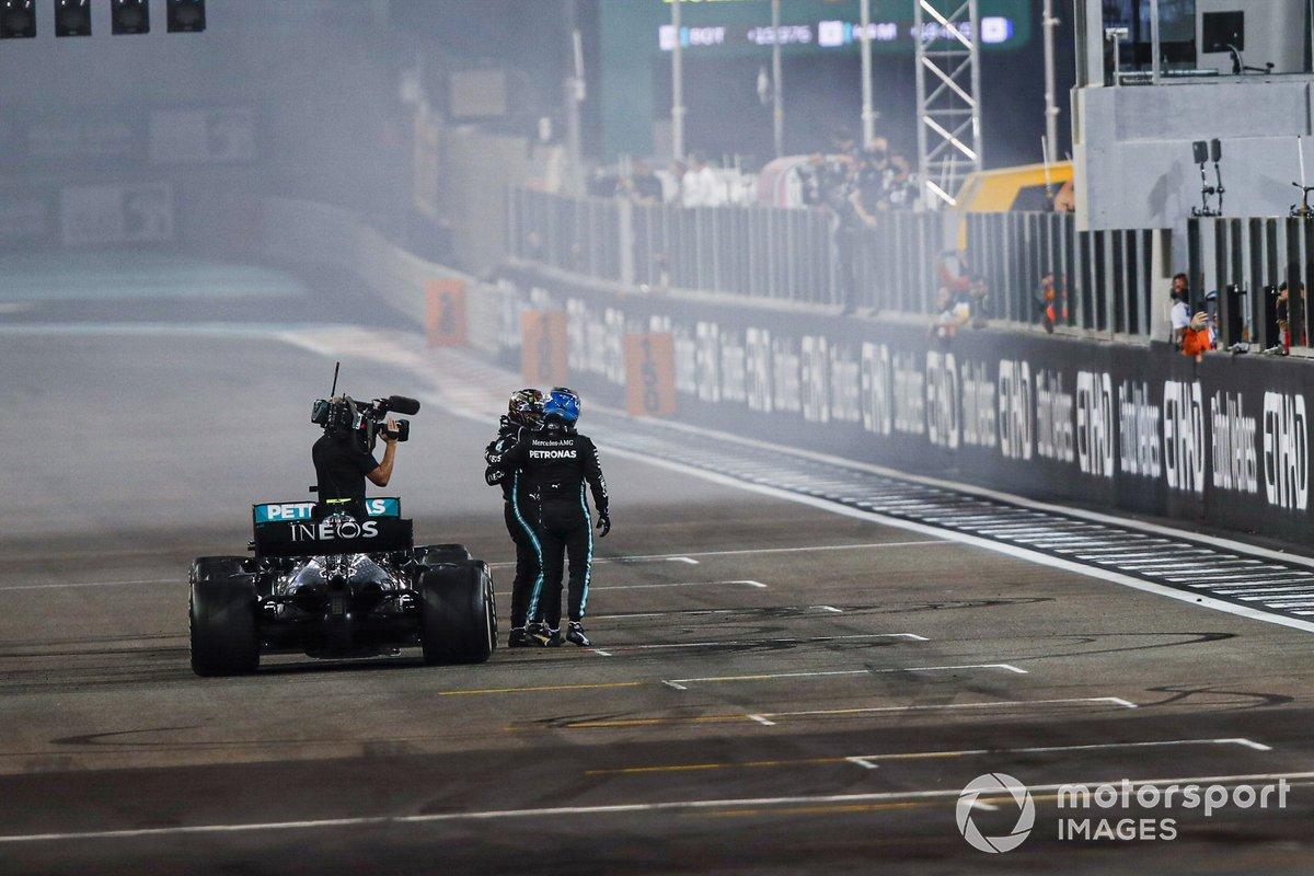 Valtteri Bottas, Mercedes-AMG F1, 2ª posición, y Lewis Hamilton, Mercedes-AMG F1, 3ª posición, se felicitan mutuamente en la parrilla después de la carrera.