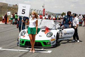 Grid girl di #12 GPX Racing Porsche 911 GT3 R: Matt Campbell, Patrick Pilet, Mathieu Jaminet