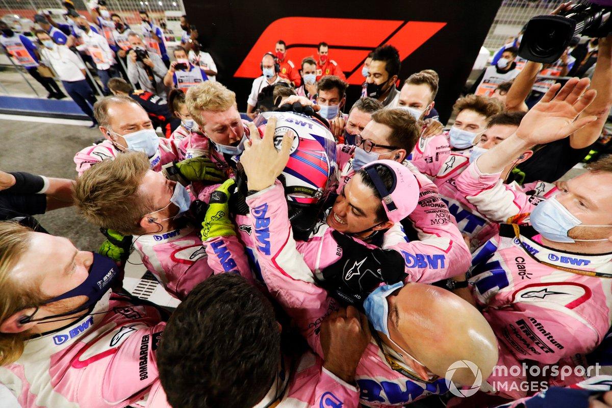 Ganador Sergio Pérez, Racing Point celebra con el equipo