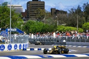 Ayrton Senna, Lotus 98T Renault, devance Johnny Dumfries, Lotus 98T Renault