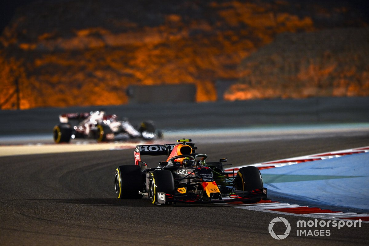 Sergio Perez, Red Bull Racing RB16B, Kimi Raikkonen, Alfa Romeo Racing C41