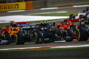 Valtteri Bottas, Mercedes F1 W11, Esteban Ocon, Renault F1 Team R.S.20, and the remainder of the field at the start