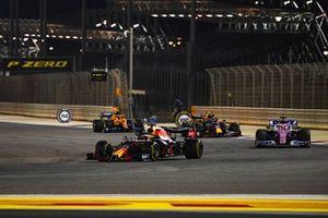 Max Verstappen, Red Bull Racing RB16, Sergio Perez, Racing Point RP20, Alex Albon, Red Bull Racing RB16, en Lando Norris, McLaren MCL35