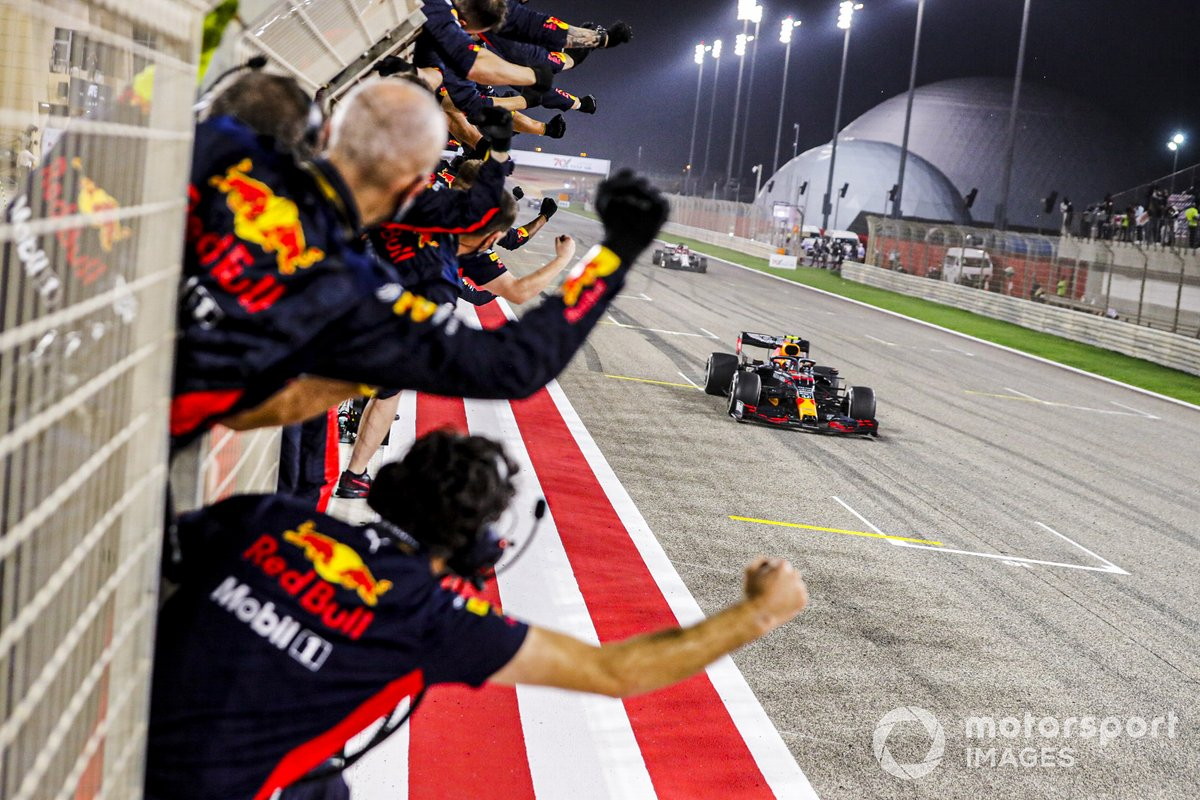 Tercer lugar Alex Albon, el Red Bull Racing RB16 cruza la línea de meta