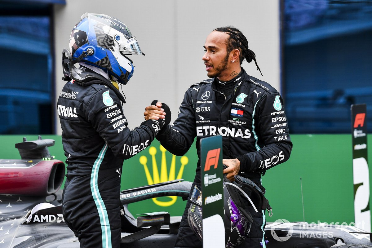 Valtteri Bottas, Mercedes-AMG F1, si congratula con Lewis Hamilton, Mercedes-AMG F1