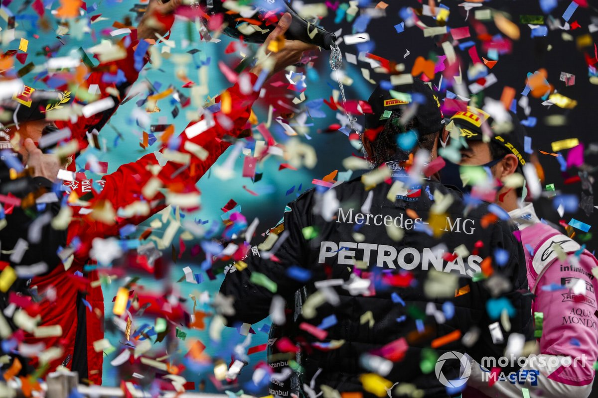 Podio: ganador y campeón del mundo Lewis Hamilton, Mercedes-AMG F1, segundo lugar Sergio Pérez, Racing Point, y tercer lugar Sebastián Vettel, Ferrari