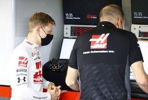 Mick Schumacher speaks with race engineer Gary Gannon