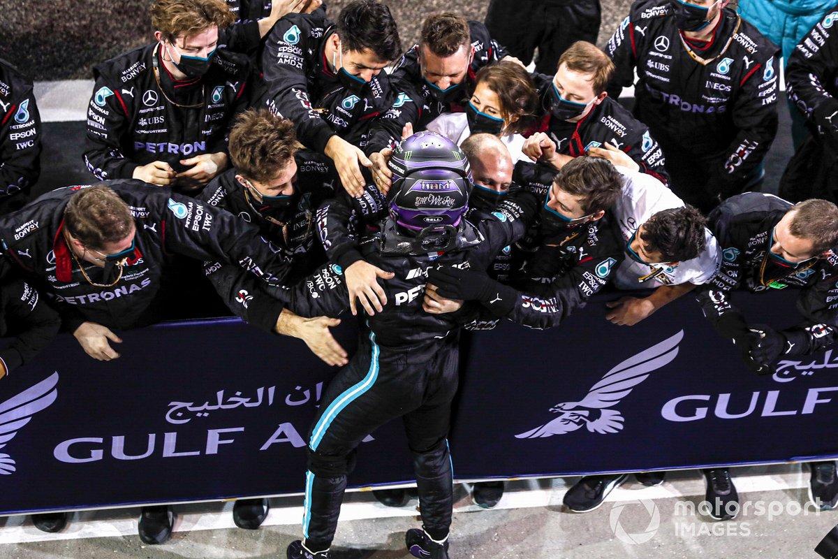 Lewis Hamilton, Mercedes festeggia la vittoria nel Parco chiuso con il suo team