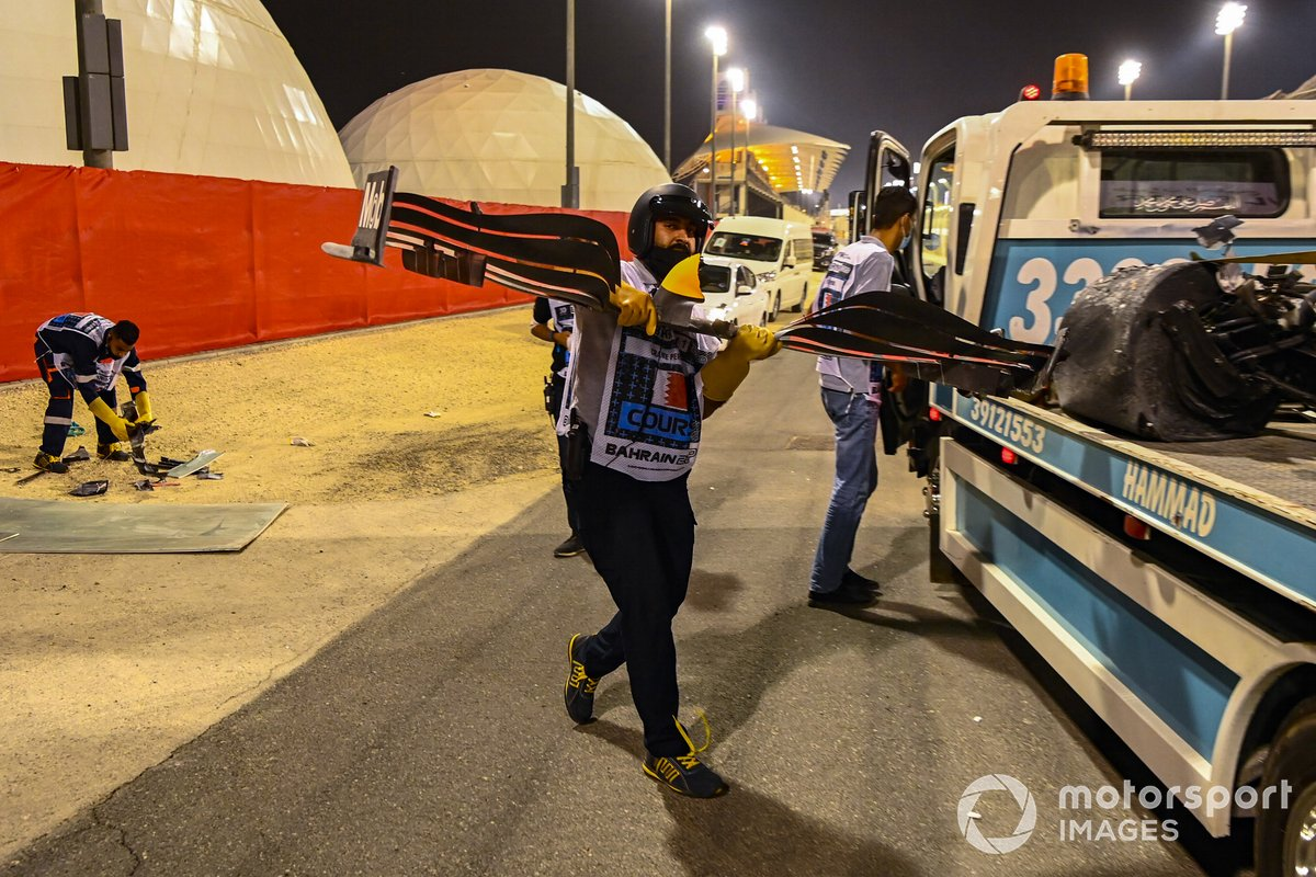 Oficiales remueven el alerón dañado del monoplaza de Alexander Albon, Red Bull Racing RB16