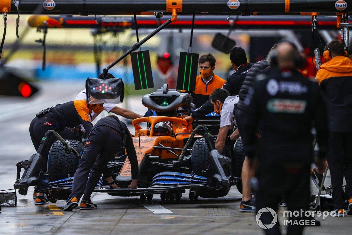 Carlos Sainz Jr., McLaren MCL35, en boxes