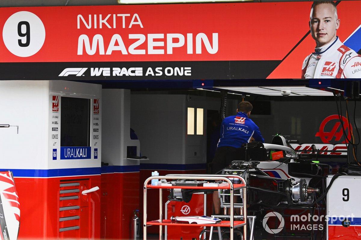 Un mecánico trabaja en el coche de Nikita Mazepin, Haas VF-21