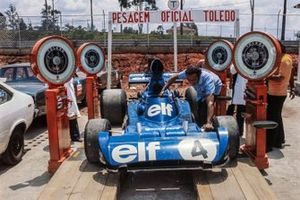 Patrick Depailler Tyrrell 007 Ford sur une balance