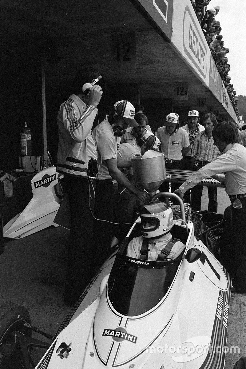 El Brabham BT44B Ford de Carlos Reutemann se llena de combustible en los pits mientras Bernie Ecclestone y Gordon Murray miran