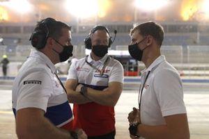 Mick Schumacher, Haas VF-21 and Haas engineers