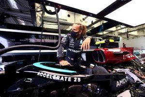 Lewis Hamilton, Mercedes, dans son stand