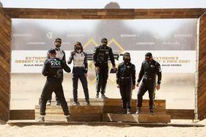 Catie Munnings, Timmy Hansen, Andretti United Extreme E, 2ª posición, felicitan a Molly Taylor, Johan Kristoffersson, Rosberg X Racing, 1ª posición, ante la mirada de Cristina Gutiérrez, Sebastien Loeb, X44, en la 3ª posición