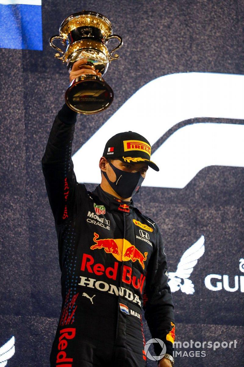 Max Verstappen, Red Bull Racing, 2+ posto, con il suo trofeo