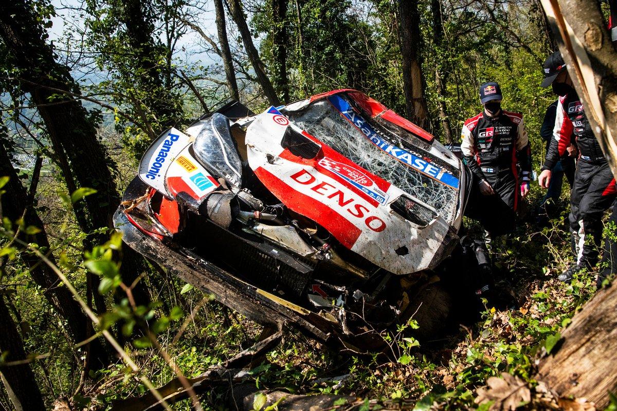 Auto di Kalle Rovanperä, Jonne Halttunen, Toyota Gazoo Racing WRT Toyota Yaris WRC dopo l'incidente
