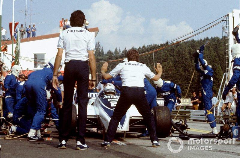 А вскоре нашлось объяснение скорости Brabham – на экваторе гонки Пике, а за ним и Патрезе, заехали в боксы на дозаправку. В то время она не была запрещена, но никем не использовалась. Экклстоун с конструктором Гордоном Марри пришли к выводу, что этот прием может сработать. Более легкие машины быстрее ехали со старта, создав задел, и после визита в боксы Патрезе остался первым…