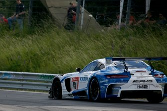 #18 Mercedes-AMG GT3, GetSpeed Performance: Fabian Vettel, Philip Ellis, Luca Ludwig with a flat tire