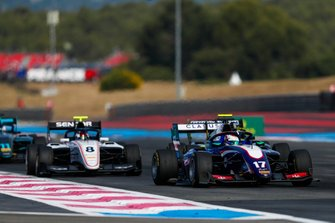 Devlin DeFrancesco, Trident, leads Fabio Scherer, Sauber Junior Team by Charouz