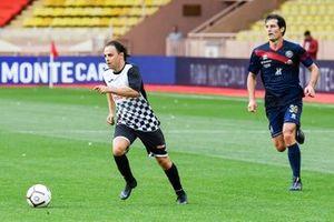 Felipe Massa plays football