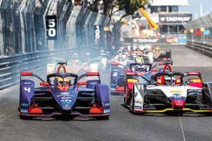 Робин Фрейнс, Envision Virgin Racing, Audi e-tron FE05, Лукас ди Грасси, Audi Sport ABT Schaeffler, Audi e-tron FE05, и другие гонщики после старта