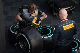 Техники Pirelli работают с шинами