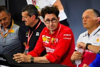 Guenther Steiner, director del equipo, Haas F1, Mattia Binotto, director del equipo Ferrari, y Frederic Vasseur, director del equipo, Alfa Romeo Racing, en la conferencia de prensa de los directores de equipo