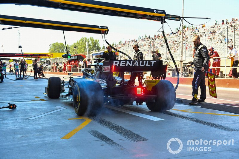 Nico Hulkenberg, Renault F1 Team R.S. 19, lights up his rears in the pits during practice
