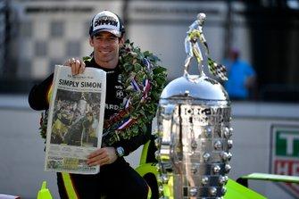 Simon Pagenaud, Team Penske Chevrolet con la portada del diario Indianapolis Star y el trofeo Borg-Warner