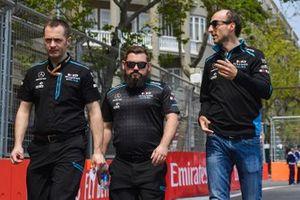 Robert Kubica, Williams Racing parcourt la piste à pied avec son équipe