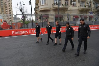 Romain Grosjean, Haas F1 camina por la pista con sus ingenieros