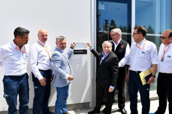 Francois Dumontier, PDG du GP du Canada, Jean Todt, président de la FIA, et Ross Brawn, directeur de la compétition du Formula One Group, dévoilent une plaque en hommage à Charlie Whiting