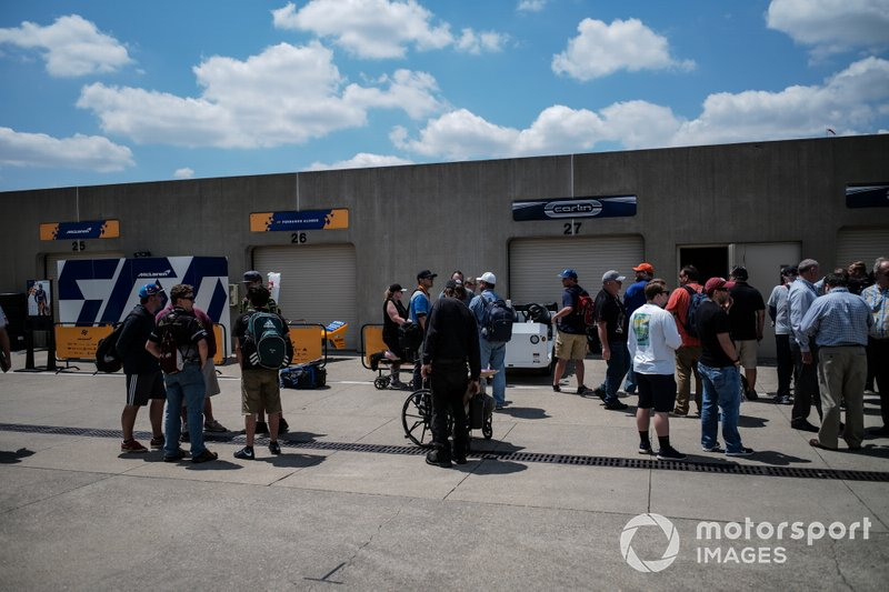 Fernando Alonso, McLaren Racing Chevrolet, garages, fans