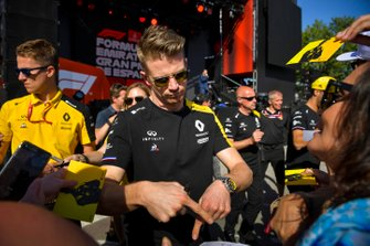 Nico Hulkenberg, Renault F1 Team signs an autograph for fan