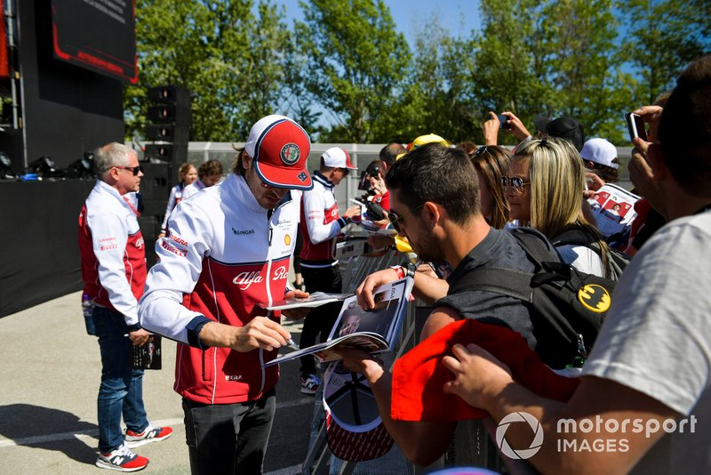 Antonio Giovinazzi, Alfa Romeo Racing signs an autograph for fan