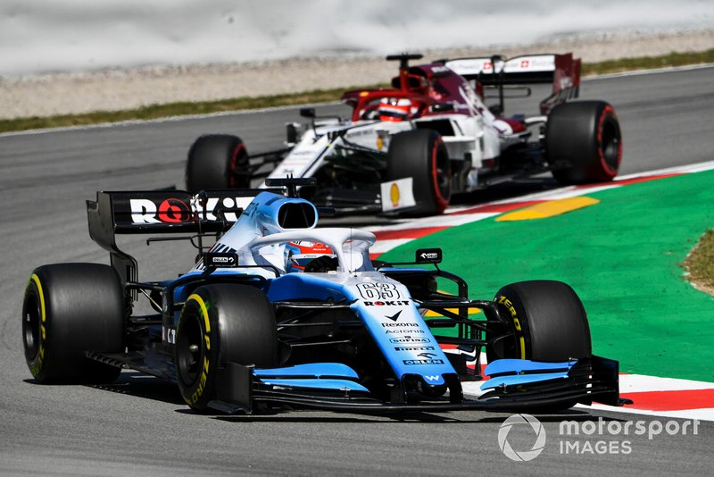 George Russell, Williams Racing FW42, precede Kimi Raikkonen, Alfa Romeo Racing C38