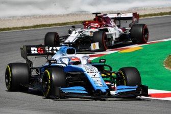 George Russell, Williams Racing FW42, y Kimi Raikkonen, Alfa Romeo Racing C38