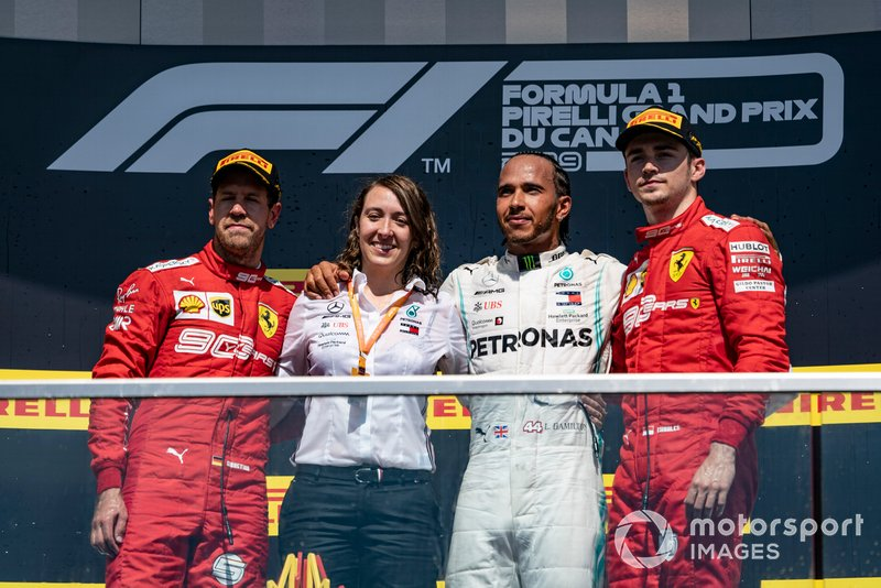 Marga Torres Díez, engenheira de motor da Mercedes, celebra o pódio do GP do Canadá de 2019 junto a Sebastian Vettel, Lewis Hamilton e Charles Leclerc