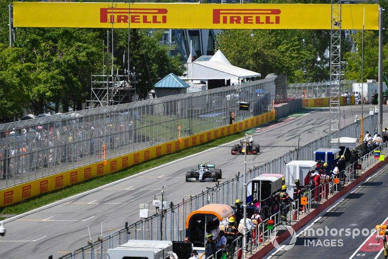 Valtteri Bottas, Mercedes AMG W10, por delante de Pierre Gasly, Red Bull Racing RB15