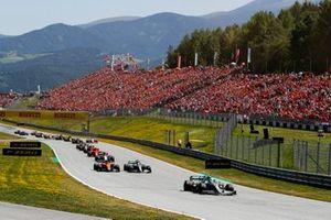 Valtteri Bottas, Mercedes AMG W10, devant Lando Norris, McLaren MCL34, Lewis Hamilton, Mercedes AMG F1 W10, Kimi Raikkonen, Alfa Romeo Racing C38, Sebastian Vettel, Ferrari SF90, Max Verstappen, Red Bull Racing RB15, et le reste du plateau au départ