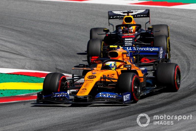 Lando Norris, McLaren MCL34, devant Max Verstappen, Red Bull Racing RB15