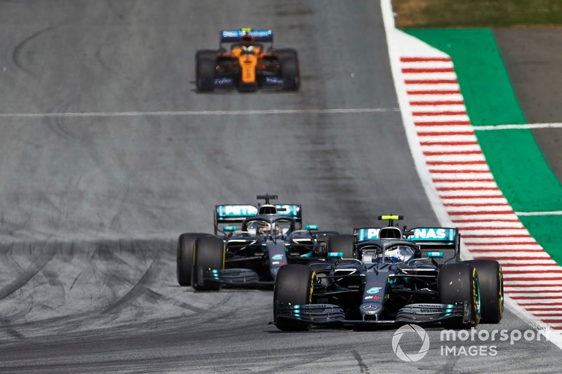 Valtteri Bottas, Mercedes AMG W10, precede Lewis Hamilton, Mercedes AMG F1 W10, e Lando Norris, McLaren MCL34