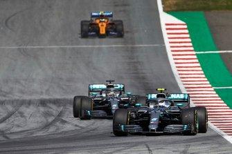 Valtteri Bottas, Mercedes AMG W10, Lewis Hamilton, Mercedes AMG F1 W10, en Lando Norris, McLaren MCL34