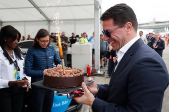 Marco Parroni, Head of Global Sponsoring, Managing Director SA Julius Baer, with a birthday cake