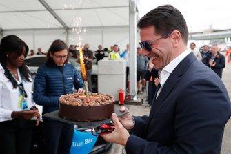 Marco Parroni, A capo del Global Sponsoring, Managing Director SA Julius Baer, con una torta di compleanno