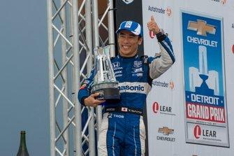 Takuma Sato, Rahal Letterman Lanigan Racing Honda, con trofeo de tercer lugar