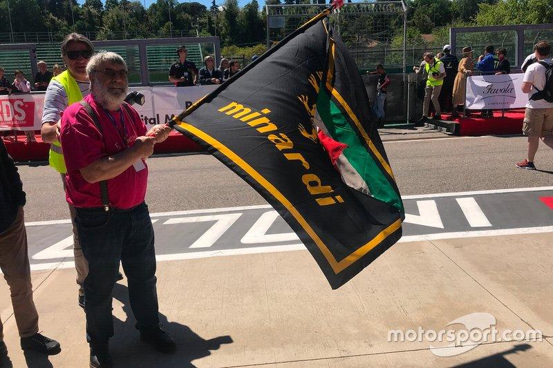 Tifoso con una bandiera Minardi