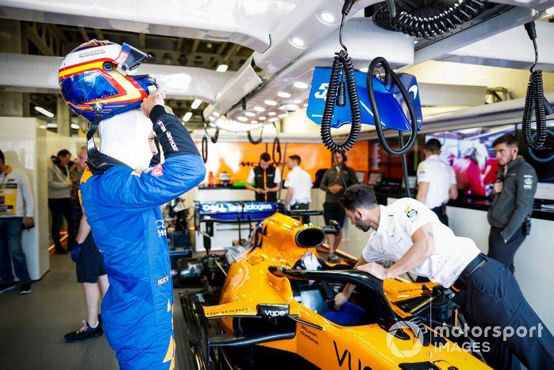 Carlos Sainz Jr., McLaren, dans le garage
